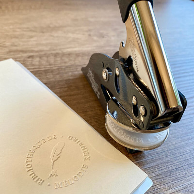 Timbre à sec ou pince à gaufrer personnalisée pour laisser une belle empreinte en relief sur vos documents